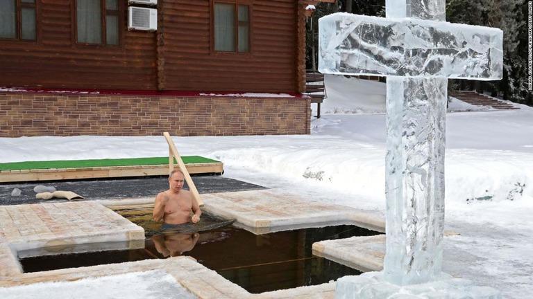 ロシアのプーチン大統領、極寒の中で沐浴 気温氷点下20度