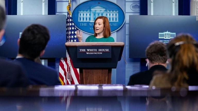 定例の記者会見を行うホワイトハウスのサキ大統領報道官/Drew Angerer/Getty Images