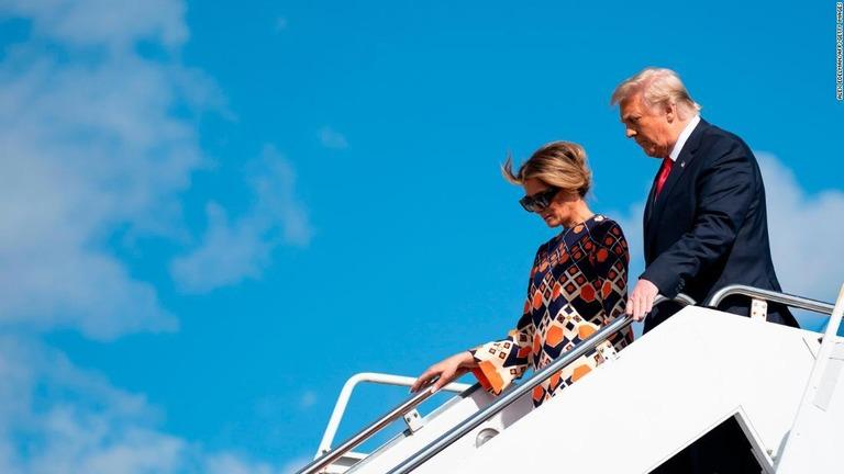 米フロリダ州のパームビーチ国際空港に降り立ったトランプ氏とメラニア夫人=1月20日/ALEX EDELMAN/AFP/Getty Images