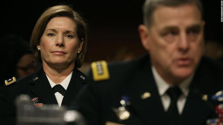 米国防総省が前政権下での昇進を先送りしていたというリチャードソン司令官(左)/Mark Wilson/Getty Images
