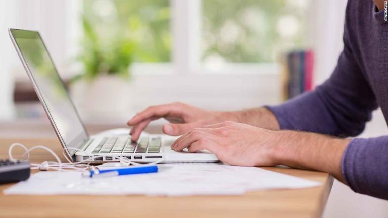 コロナ禍の在宅勤務、平日に平均2.5時間長く 国際調査