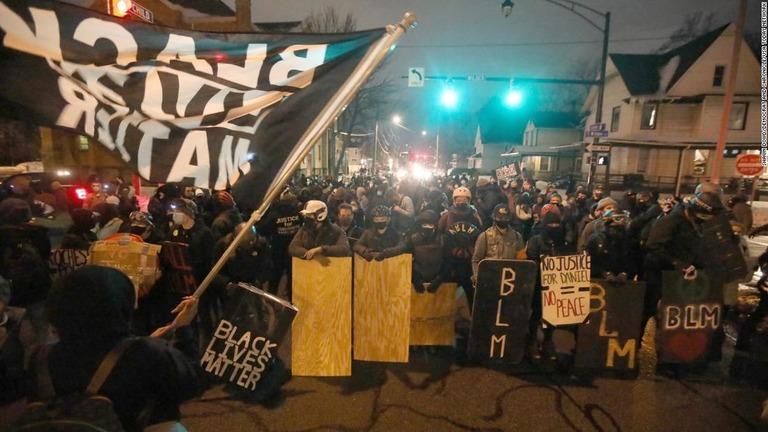 大陪審が警官全員を不起訴処分としたことについて抗議する人々=23日、米ニューヨーク州ロチェスター/Shawn Dowd/Democrat and Chronicle/USA Today Network