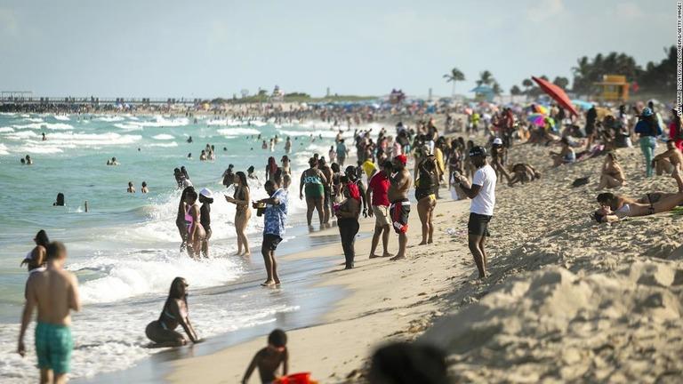 米フロリダ州マイアミのサウスビーチにある海岸=3月27日/Eva Marie Uzcategui/Bloomberg/Getty Images