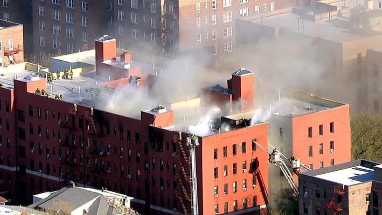 アパートで発生した火災で約240人が避難した/WABC