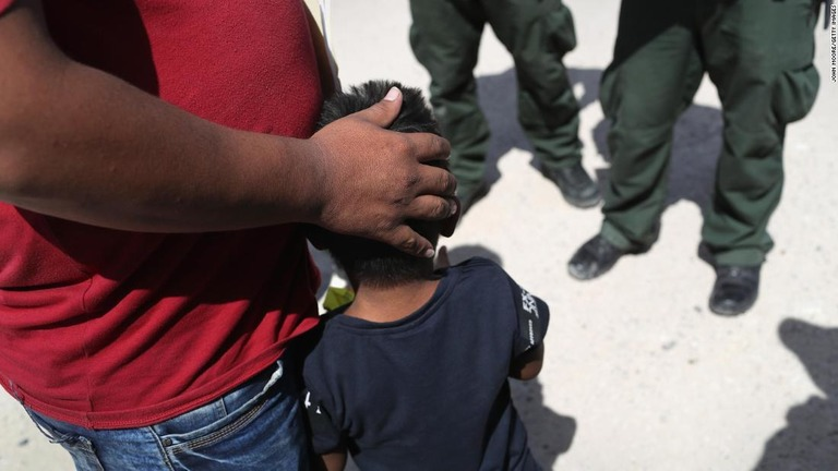 米メキシコ間の国境を越える同伴者のいない子どもの米施設の収容が2万人を超えた/John Moore/Getty Images