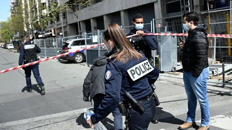 CNN.co.jp : パリの病院前で発砲 1人死亡、1人重体 犯人逃走