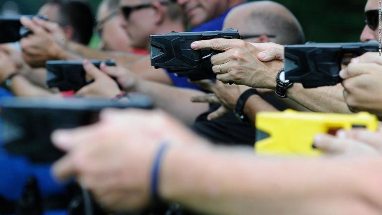 銃とテーザー、どの程度混同しやすい(しにくい)のか