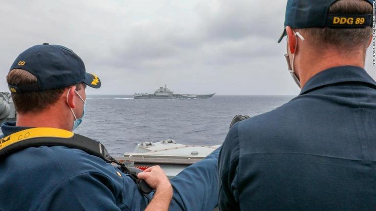 米駆逐艦と中国空母が接近し並走、写真を公表 米海軍