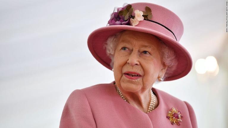 英エリザベス女王、公務に復帰 フィリップ殿下の死去後初