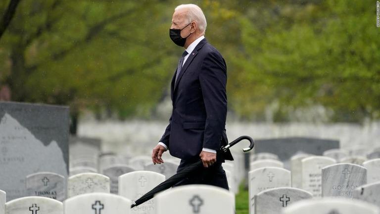 今月14日、米国の戦没者慰霊施設であるアーリントン墓地を訪れたバイデン大統領/Andrew Harnik/AP