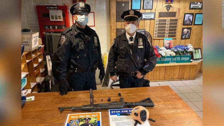 タイムズスクエアにある地下鉄駅で自動小銃AK47が押収された/New York City Police Department