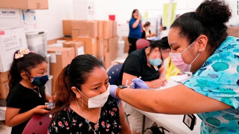 フロリダ州イモカリーでワクチン接種を受ける人々=4月10日/Lynne Sladky/AP
