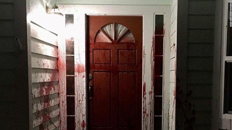ブタの地で汚された扉=17日、米カリフォルニア州サンタローザ/Santa Rosa Police Department