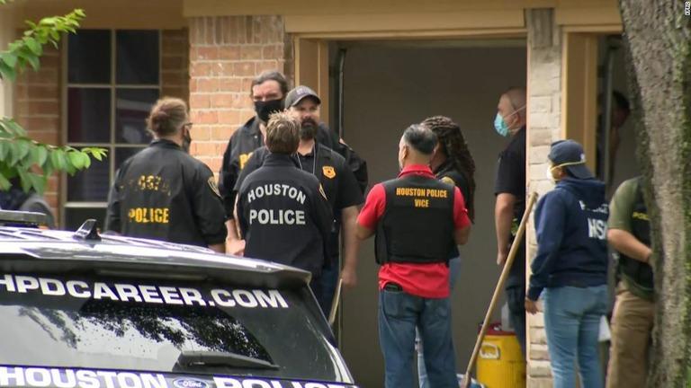米テキサス州の民家を捜索したところ、90人以上が詰め込まれていたことが分かった/KPRC