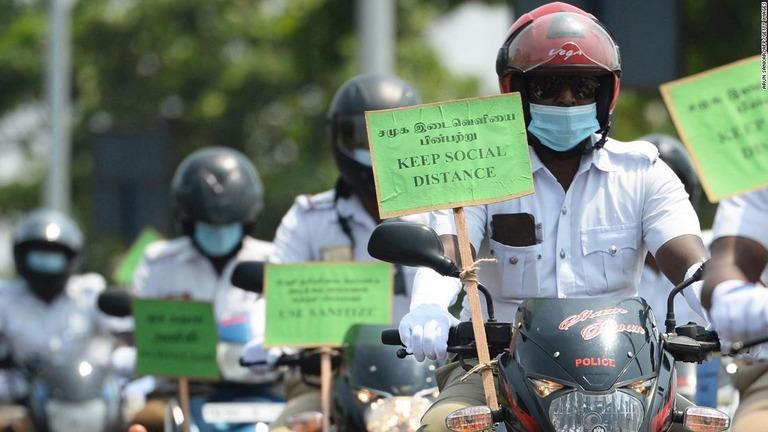 バイデン米政権が、感染の急増するインドからの入国を制限する/Arun Sankar/AFP/Getty Images