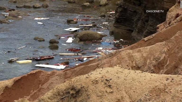 海岸に転覆した船の残骸が集まっている/OnScene.TV