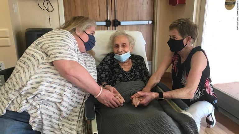 介護施設に入居するローラ・ジャースタッドさん(102)の元を義理の娘と孫が訪れた/Courtesy Good Samaritan Society