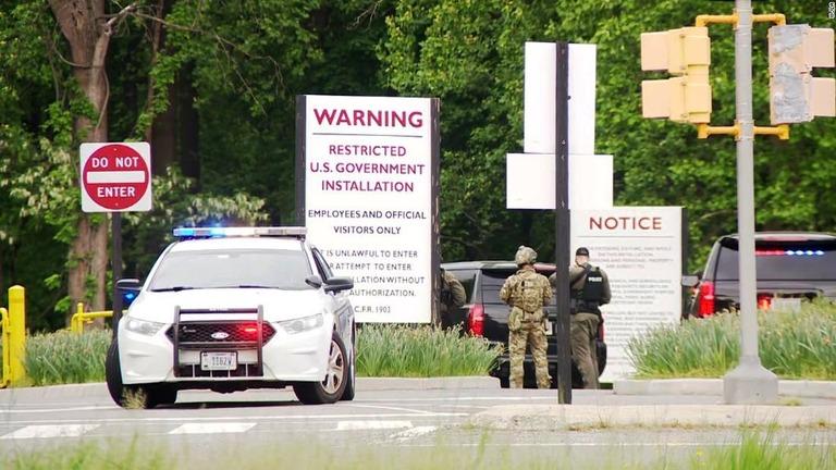 中央情報局(CIA)本部前で、武器を持った男が治安要員とにらみ合いを続けた末に治安要員に撃たれて負傷した/WJLA