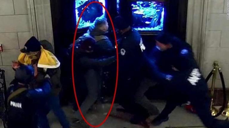 米連邦議会議事堂の監視カメラに映っていたクリストファー・ワーナジリス容疑者(写真赤い印の人物)/Department of Justice