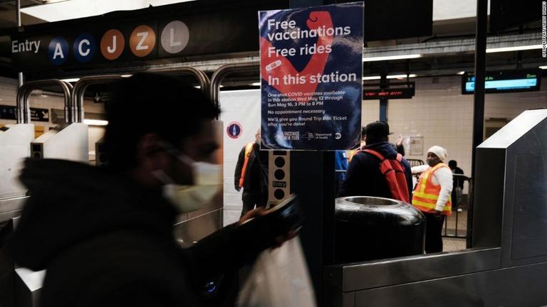米ニューヨークではワクチン接種を受けた人に7日間の無料乗車券を進呈している/Spencer Platt/Getty Images