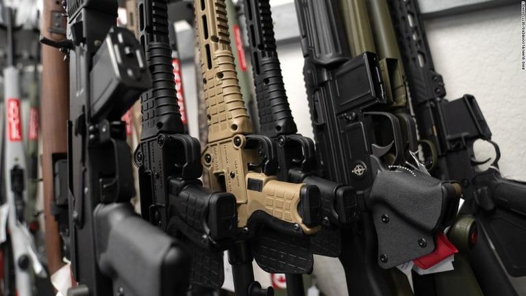 米カリフォルニア州の販売店で売られている銃器/Bing Guan/Bloomberg/Getty Images
