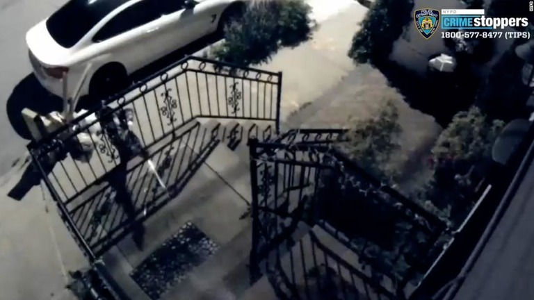 防犯カメラには民家の外階段の手すり越しに発砲する人物の姿が映っていた/NYPD