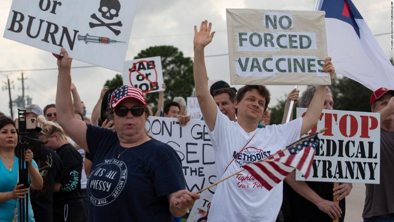 病院側のワクチン接種義務付けに抗議の声を上げる人たち/Yi-Chin Lee/Houston Chronicle/AP