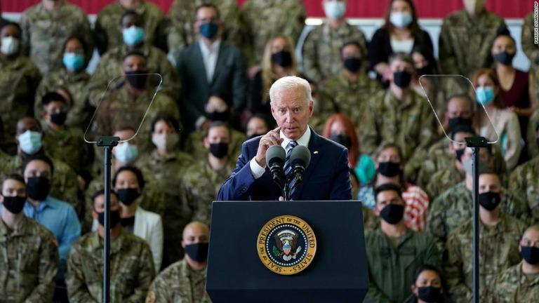 米軍に対して演説するバイデン米大統領=9日、英イングランド・サフォーク/Patrick Semansky/AP