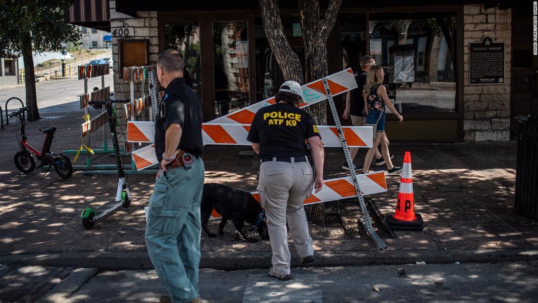 発砲現場付近を調べる警察犬/Sergio Flores/Getty Images