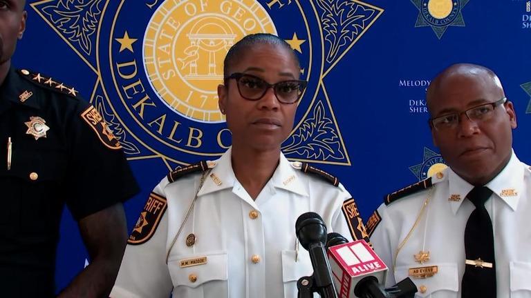 銃撃事件について説明するデカルブ郡のメロディー・マドックス保安官(中央)/WGCL