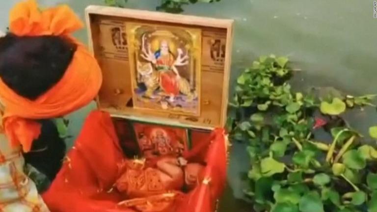 ガンジス川を漂う赤ちゃん、木箱の中から発見 インド