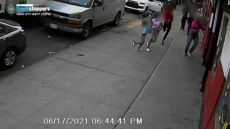 歩道で白昼の銃撃、子ども2人の面前で 米NY市