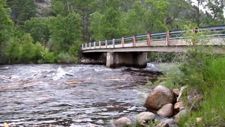 米コロラド州北部で洪水が発生し、少なくとも1人が死亡、2人が行方不明になった/KMGH