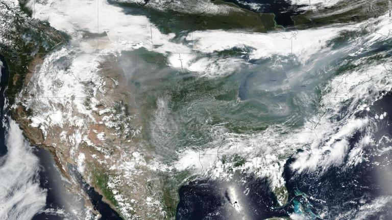 大規模な山火事で発生した煙が米国全域に広がり、気象や大気の質に影響を及ぼしている/NASA MODIS