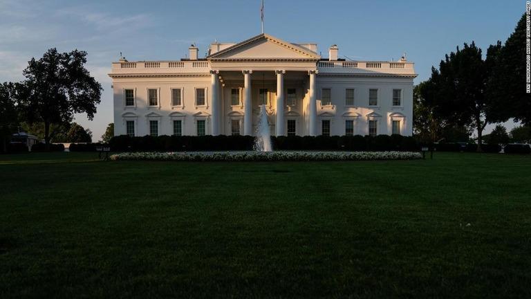 米ホワイトハウス職員ら2人が新型コロナの陽性反応を示した/Kent Nishimura/Los Angeles Times/Getty Images