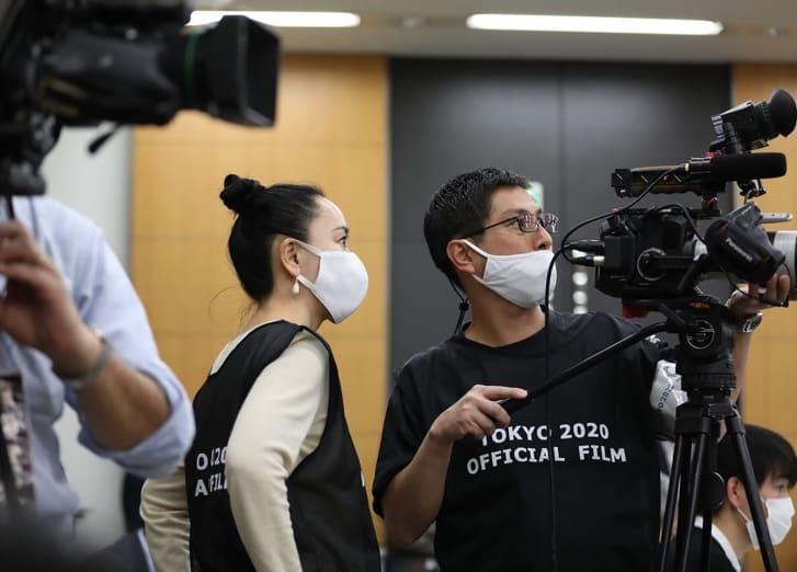 東京五輪の公式記録映画の撮影に臨む河瀬氏/courtesy Tokyo 2020