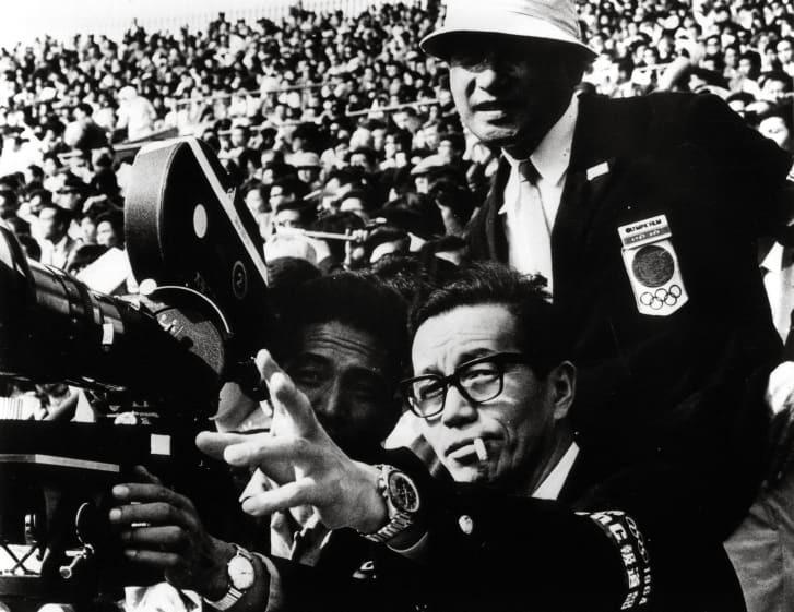 1964年の前回東京五輪で撮影スタッフに指示を与える市川崑監督(中央)/Alamy Stock Photo