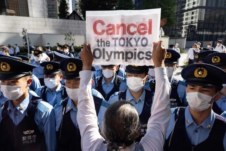 警察官と対峙し、東京五輪の中止を訴える抗議デモ参加者(7月17日撮影)/YUKI IWAMURA/AFP/AFP via Getty Images
