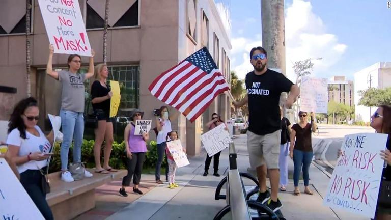 学校でのマスク義務化めぐる会議、反対派のデモで延期に 米フロリダ州
