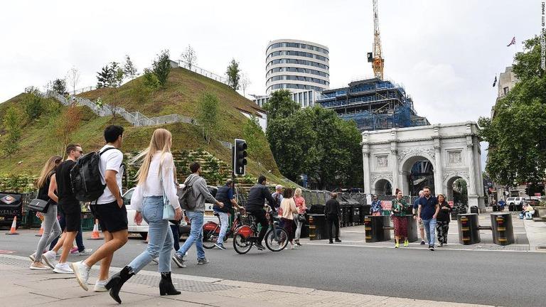英ロンドンの新観光名所、「ただの土の山」と酷評 入場料払い戻し