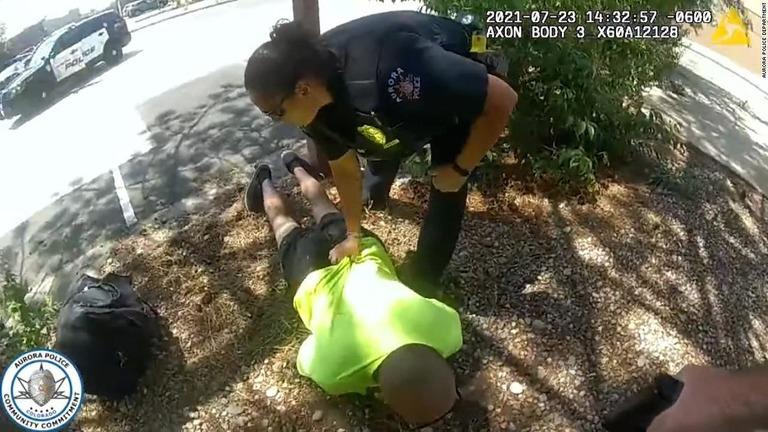 警官2人逮捕、取り押さえた容疑者に暴行の疑い 「見下げ果てた行為」 米コロラド州