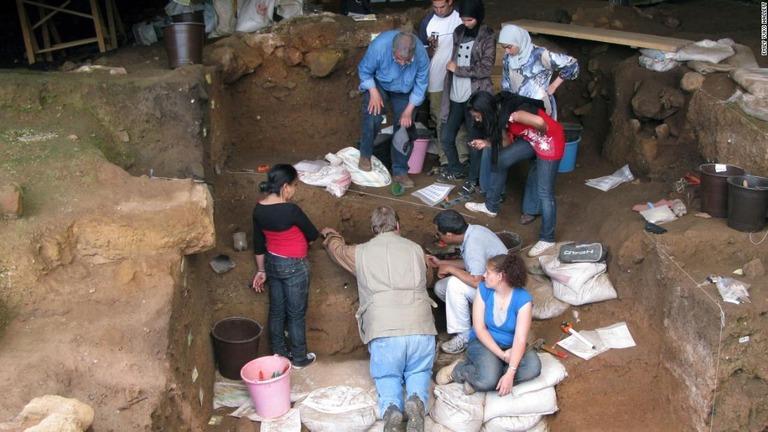 人類はいつから服を着た? モロッコの洞窟での発見が手掛かりに
