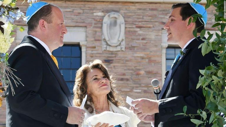 現職知事で初の同性婚、長年のパートナーと式を挙げる 米コロラド州