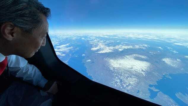 機内の窓から南極大陸の景色を眺める乗客/From Qantas